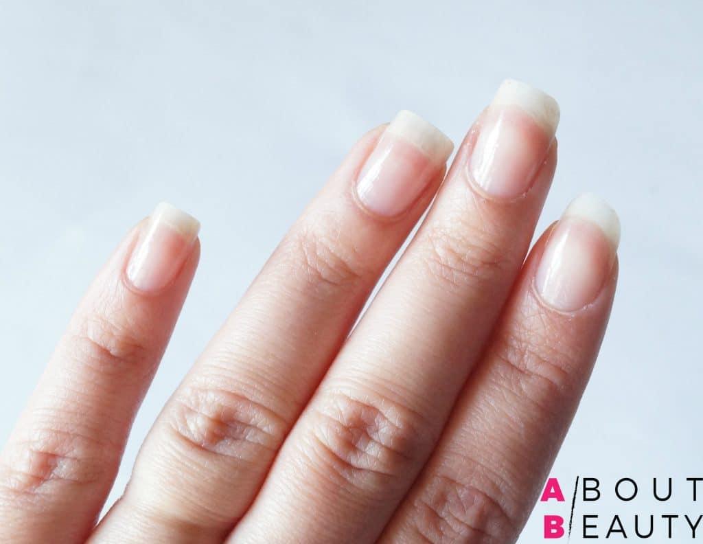 Spring Nails, ecco il tutorial per una perfetta nail-art primaverile semplice e vivace - Step 1: applicazione della base smalto