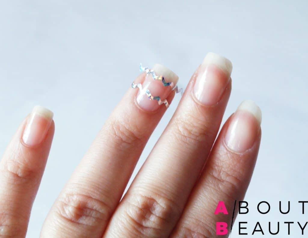 Spring Nails: ecco il tutorial per una perfetta nail-art primaverile semplice e vivace - Step 2: applicazione degli stripping tapes