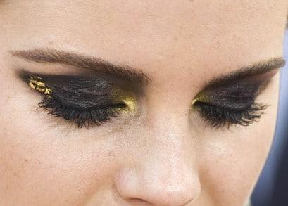 I beauty look delle star, il flop: Emma Watson con uno smokey eyes nero e oro troppo carico