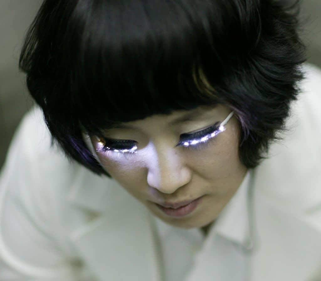 Ciglia finte LED, il nuovo trend ispirato alla vita notturna