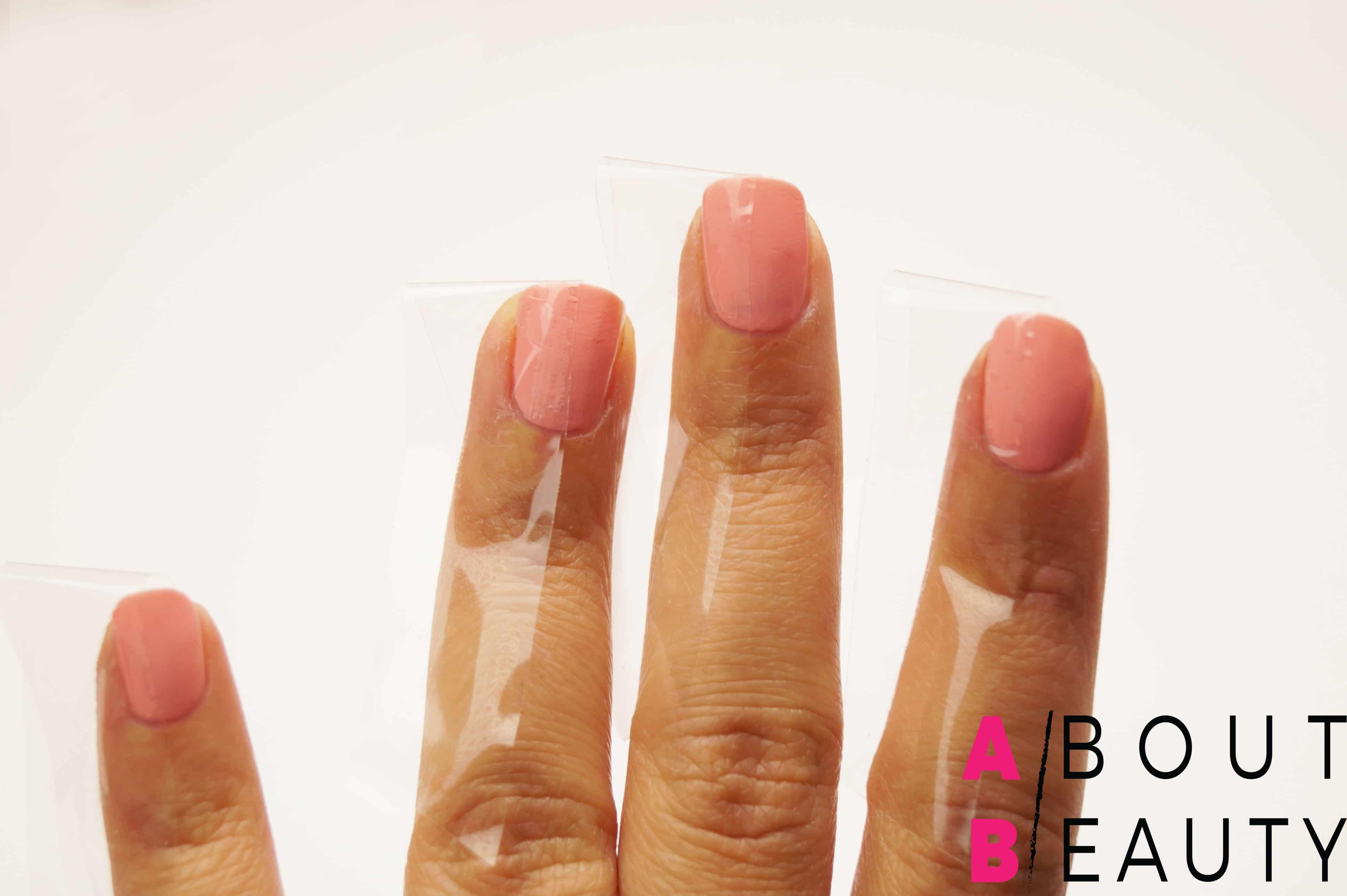 Tutorial nail-art autunnale rosa e grigia effetto matte con Swarovski - Step 3: applicazione del nastro adesivo