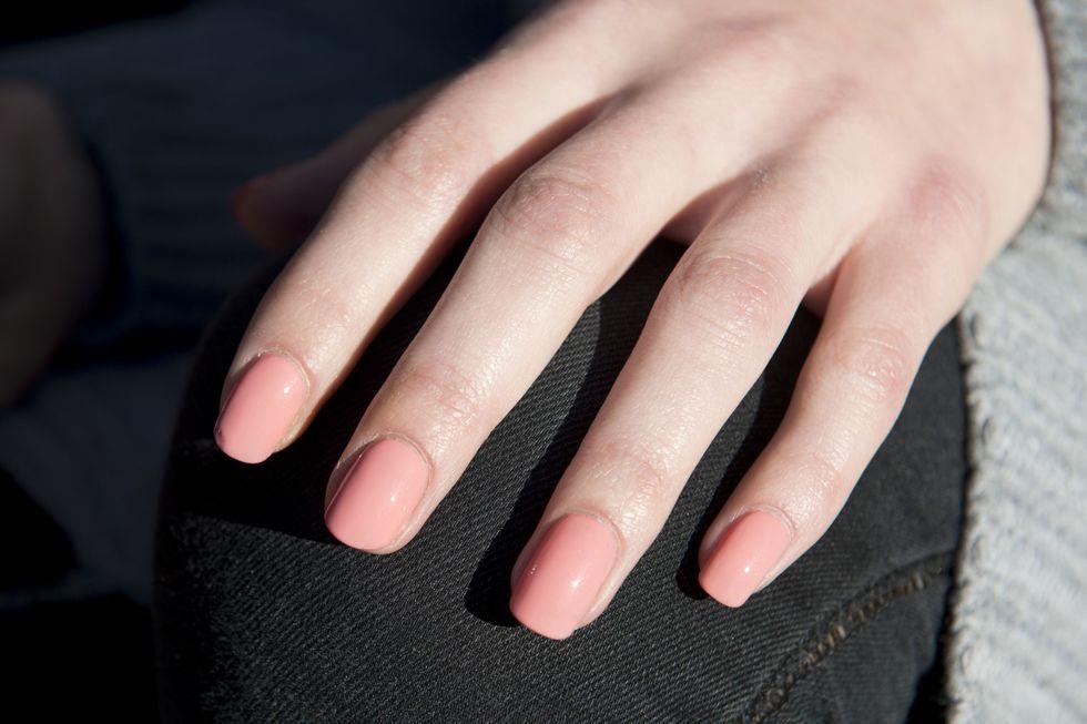 Tutte le tendenze unghie primavera/estate 2018: unghie corte pastello albicocca, pesca