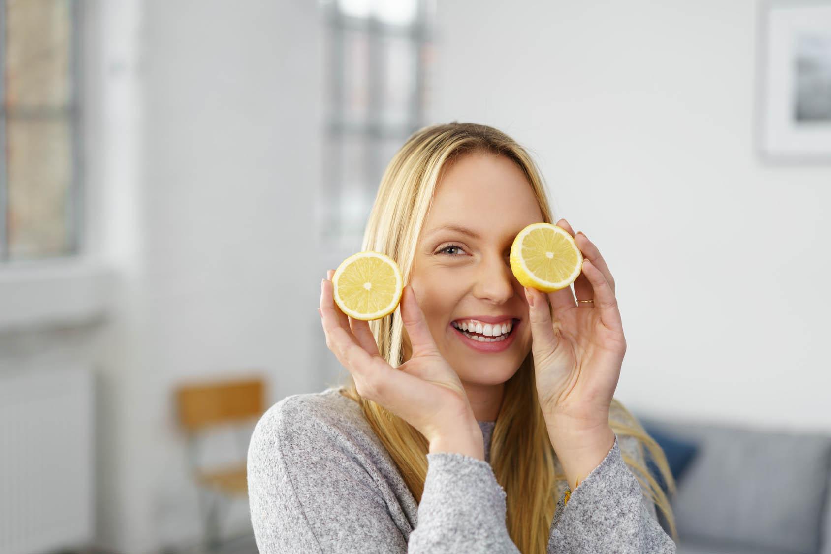 Come schiarire i capelli naturalmente con il limone - Ricette facili e veloci - About Beauty