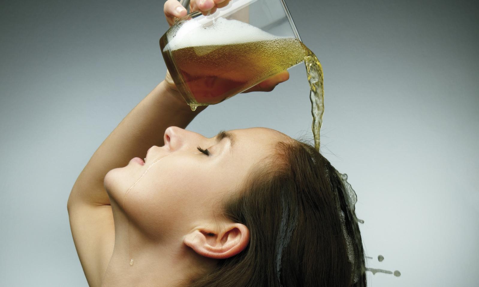 Come schiarire i capelli naturalmente con la birra - Ricette facili e veloci - About Beauty
