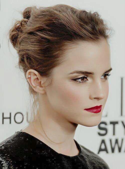 I beauty look delle star, il top: Emma Watson con pelle di porcellana, riga di eyeliner e labbra rosse