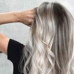 Ash Balayage, il nuovo trend che dona ai capelli un effetto luminoso naturale e omogeneo