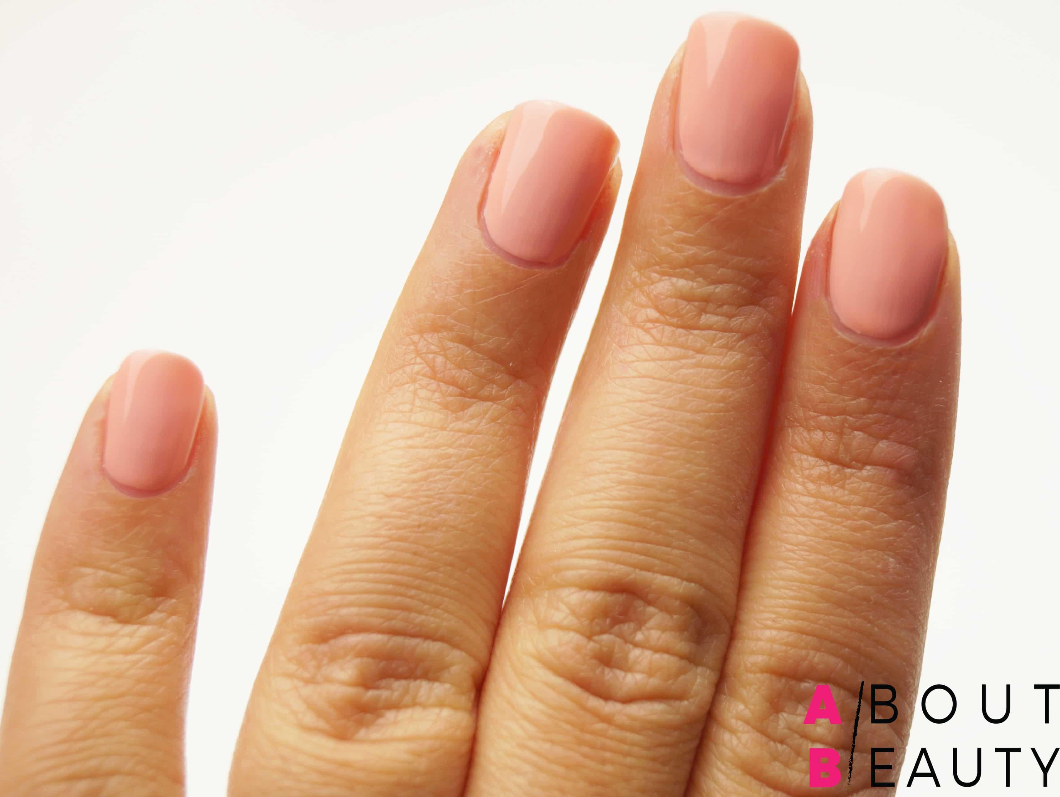 Tutorial nail-art autunnale rosa e grigia effetto matte con Swarovski - Step 2: applicazione dello smalto rosa