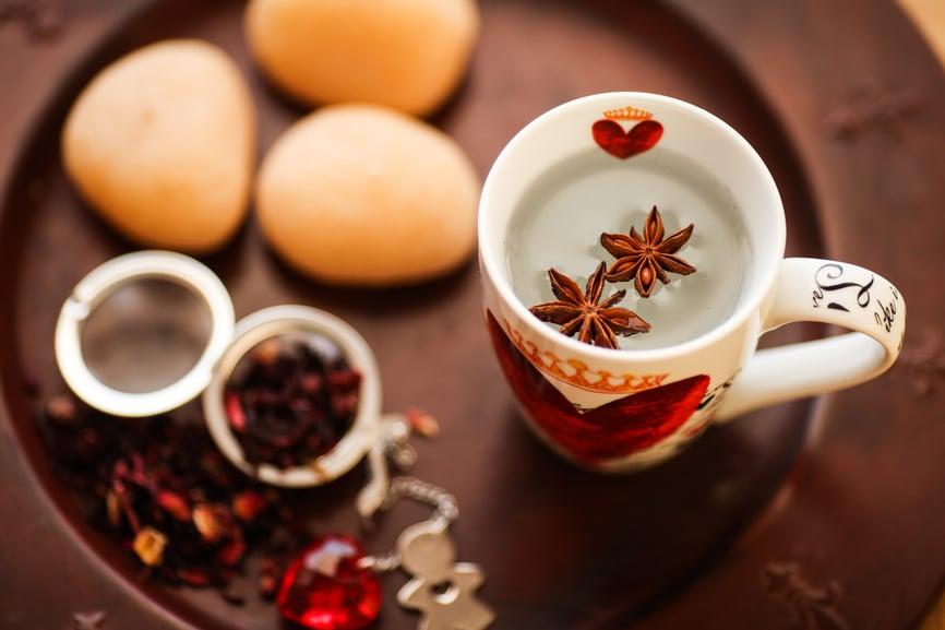 Tè: caratteristiche e storia di una bevanda ricca di virtù