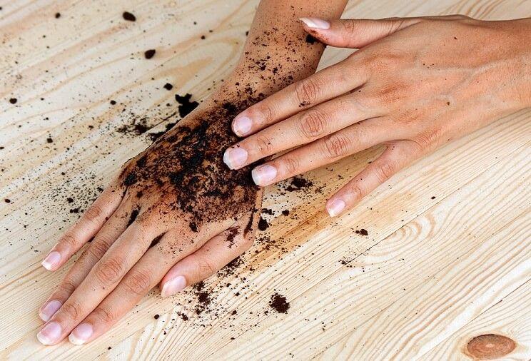 I benefici del caffè per viso, corpo e capelli: Scrub al caffè