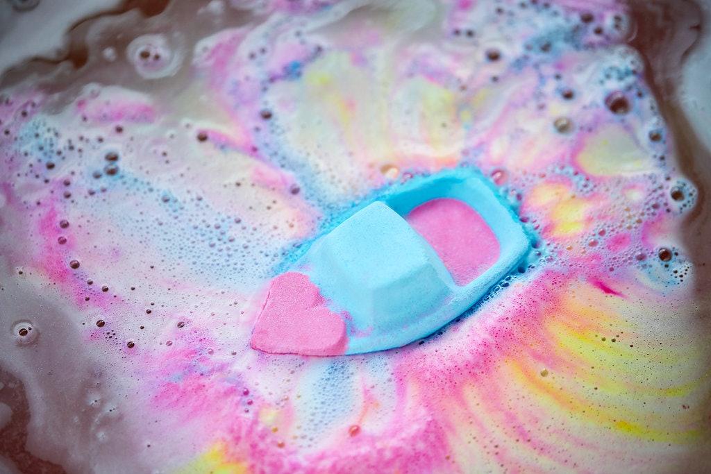 Undici originali idee regalo per lui per San Valentino 2019 - beauty, accessori, gioielli, tech, tecnologia, libri, esperienze - Bomba da bagno Lush Love Boat